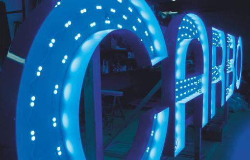 Profilbuchstaben selbstleuchtend, vor Montage des blauen Acrylglasspiegels