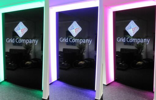 Firmenschild mit durchgestecktem Acryl-Logo und LED-Farbwechsler
